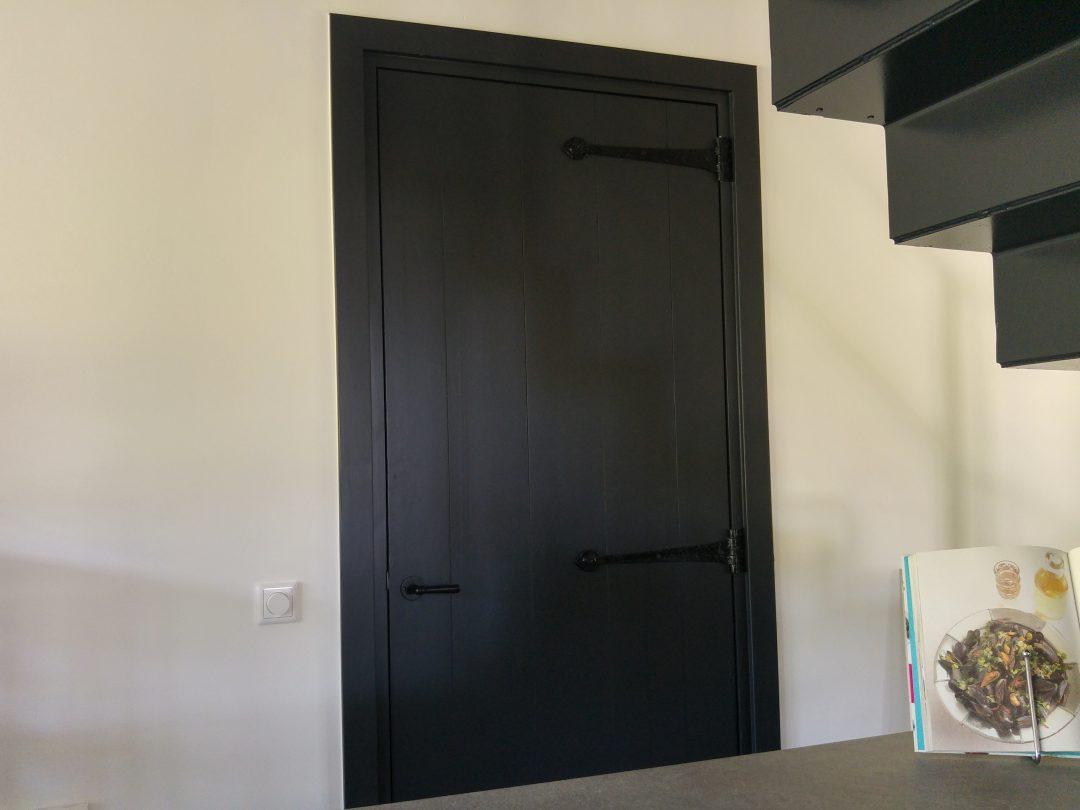 Zwarte opgeklampte deuren
